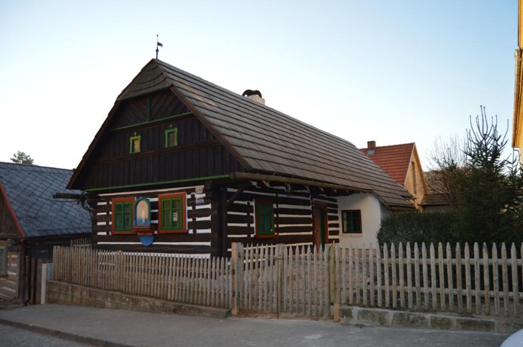 muzejni_roubena_chalupa_c_p_94__postavena_v_roce_1789_zachovala_cerna_kuchyne__vybavena_predmety_z_18_-19_stol__komentovana_prohlidka.jpg